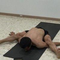 Asana: postura de yoga de la tortuga (kurmasana)